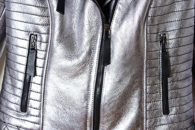 Läderomslag av silverfärg på en svart blixtlås med två fack på en buckla Detaljer av omslaget, blixtlås och fack royaltyfria foton