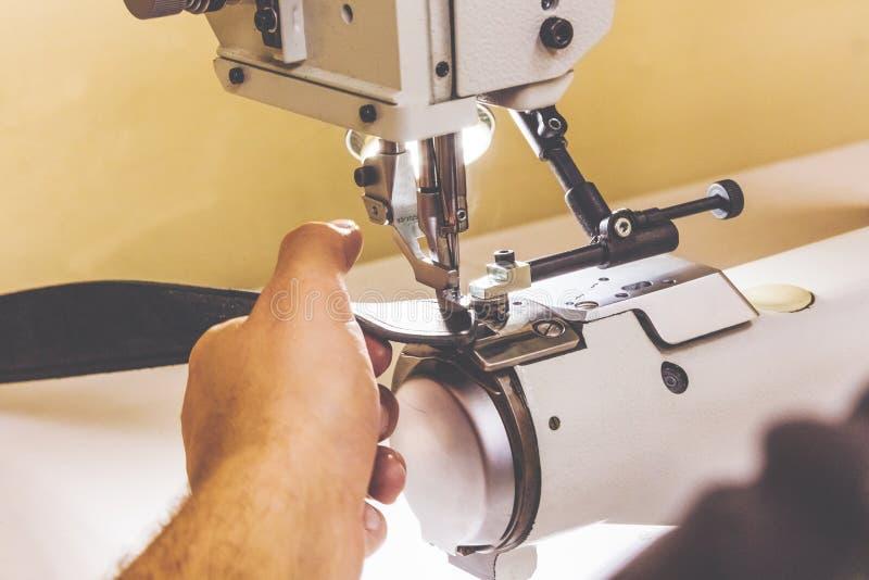 Läderseminarium som syr sömmar på symaskinen fotografering för bildbyråer