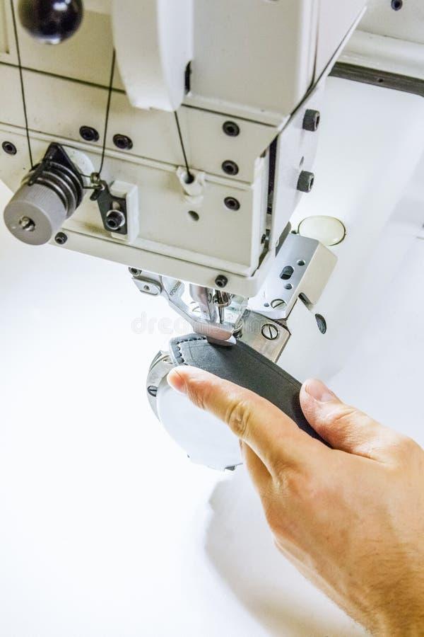 Läderseminarium som syr sömmar på symaskinen royaltyfri bild
