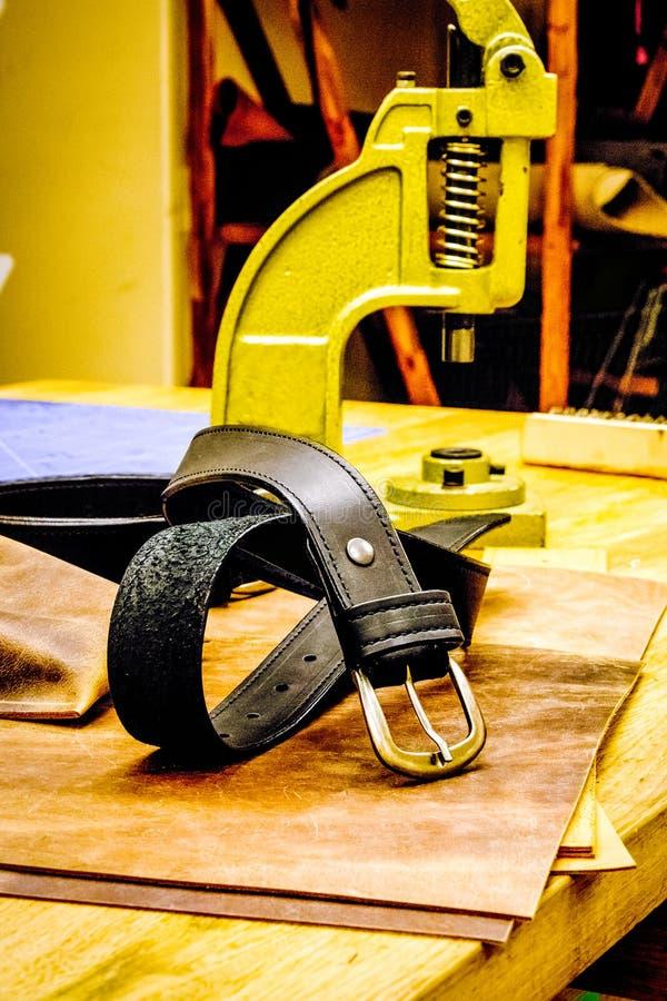 Läderseminariumbälte framme av fattanden på tabellen royaltyfria bilder