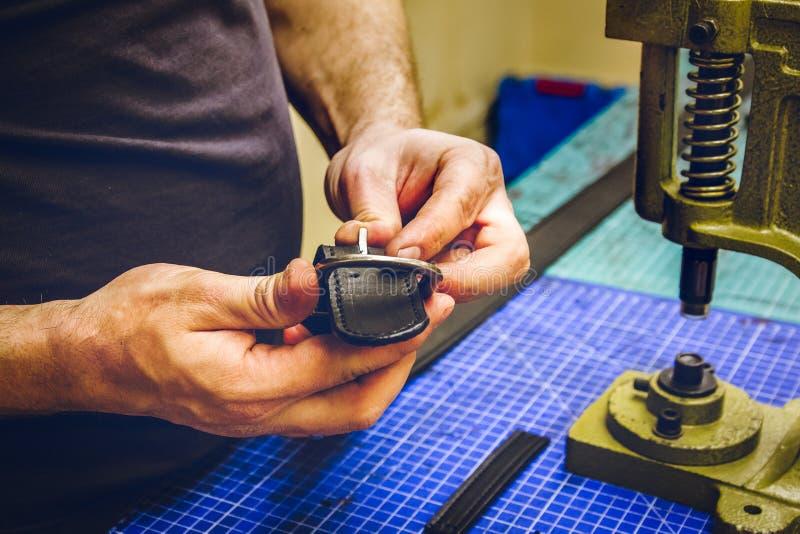 Läderseminariumförlagen rymmer ett svart bälte fotografering för bildbyråer