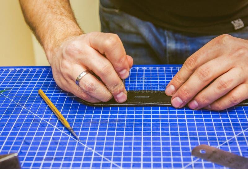 Läderseminariumförlagen rymmer ett svart bälte royaltyfri fotografi