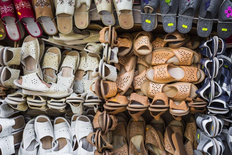 Läderskor på den traditionella marknaden royaltyfria foton