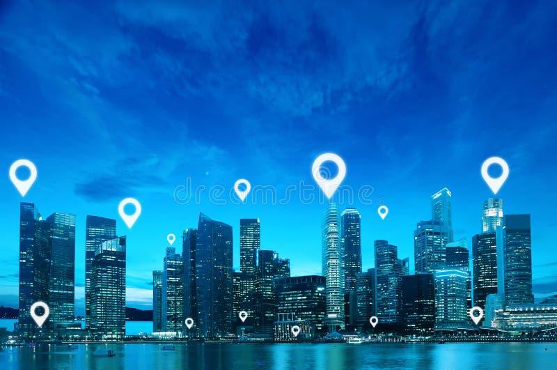 Läge- eller översiktsstiftlägenheten ovanför blått tonar stadsscape royaltyfri fotografi