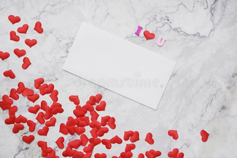 Lägenhet-lekmanna- bakgrund för valentin dag, förälskelse, hjärtor, utrymme för kopia för gåvaask royaltyfria bilder
