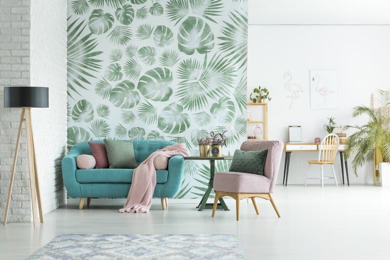 Lägenhet med den blom- tapeten arkivfoto