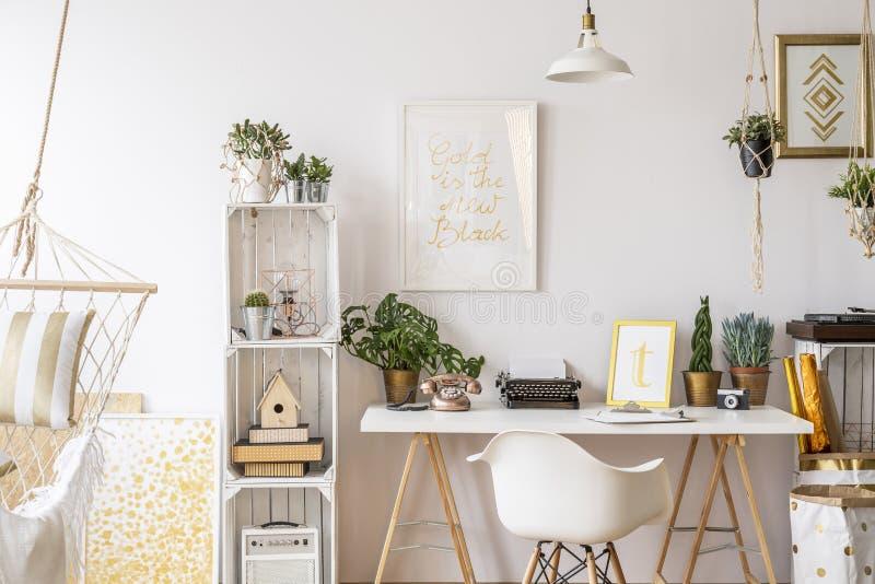 Lägenhet med guld- garneringar arkivfoto