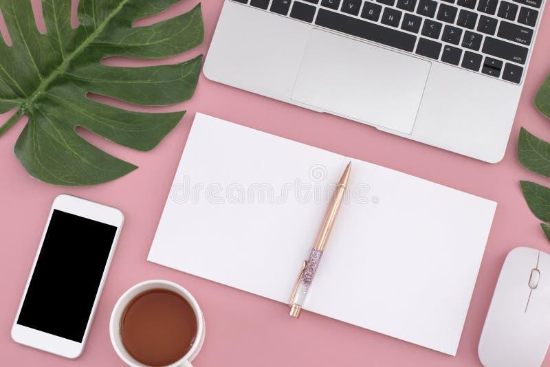 Lägenhet som är lekmanna- av bärbara datorn, anteckningsbok, smart telefon, penna, mus arkivfoton