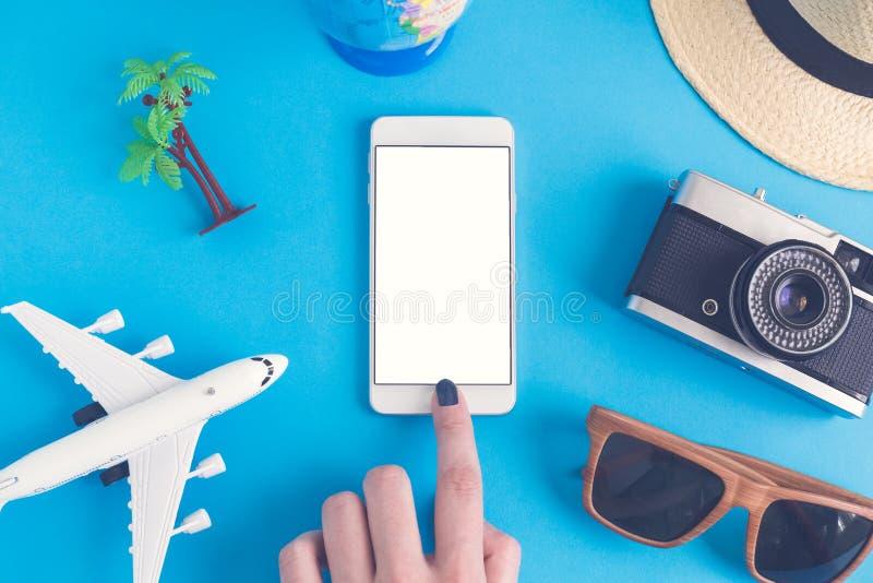 Lägenhet som är lekmanna- av handen genom att använda smarta telefon- och sommarsemesterobjekt arkivfoton
