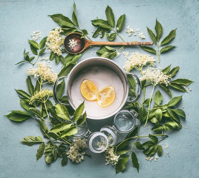 Lägenhet som är lekmanna- av ingredienser för säsongsbetonad traditionell danande av sirap- och fläderbärblommor: laga mat krukan royaltyfria bilder