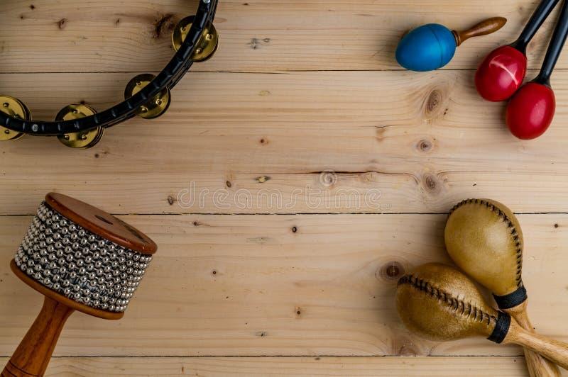Lägenhet som är lekmanna- av latinskt slagverk på det wood skrivbordet royaltyfri foto