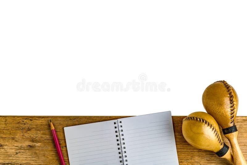 Lägenhet som är lekmanna- av latinskt slagverk på det wood skrivbordet fotografering för bildbyråer