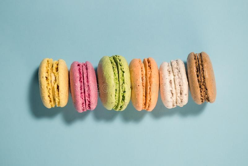 Lägenhet som är lekmanna- av macarons i olika färger Utrymme för kopierar arkivfoto