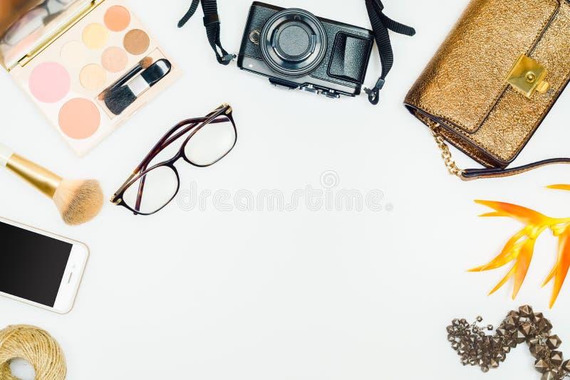 Lägenhet som är lekmanna- av modekvinna Kvinnlig kosmetisk bakgrund Overhea royaltyfria foton
