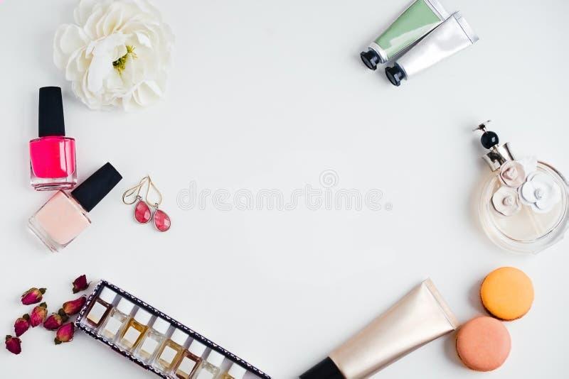 Lägenhet som är lekmanna- av skönhetsprodukter för mode för kvinna` s på en vit backgroun royaltyfri bild