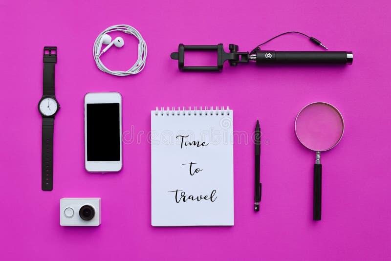Lägenhet som är lekmanna- av tillbehör på rosa skrivbordbakgrund av fotografen royaltyfri fotografi