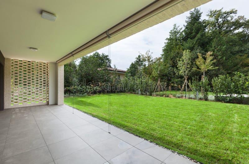 Lägenhet veranda med trädgården royaltyfri fotografi
