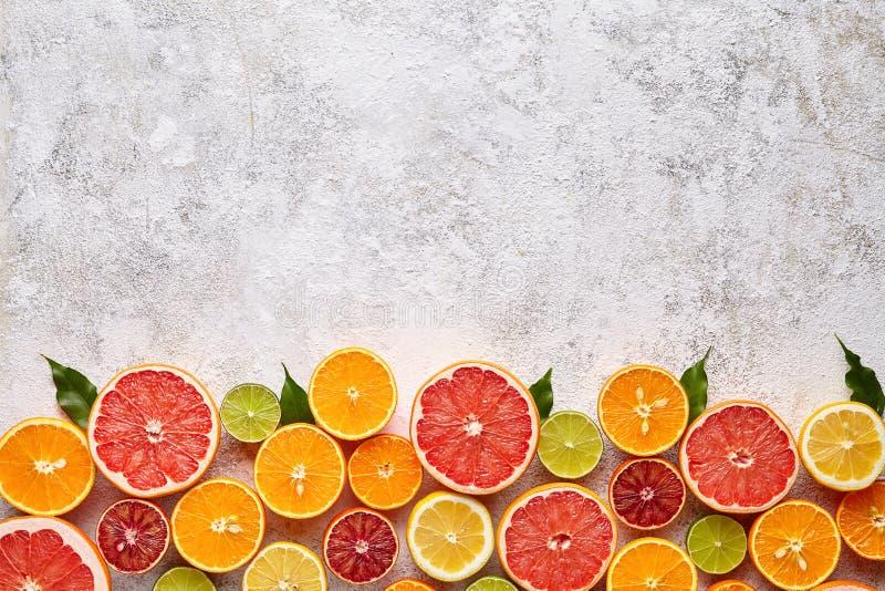 Lägenheten för citrusfruktstrikt vegetarianblandningen lägger på vit bakgrund, helthy vegetarisk organisk mat fotografering för bildbyråer