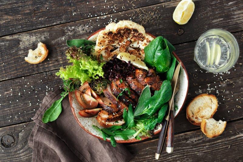 Lägenheten för den bästa sikten för grönsaker för biff för allsidig sund matlunch lägger den fega royaltyfri bild