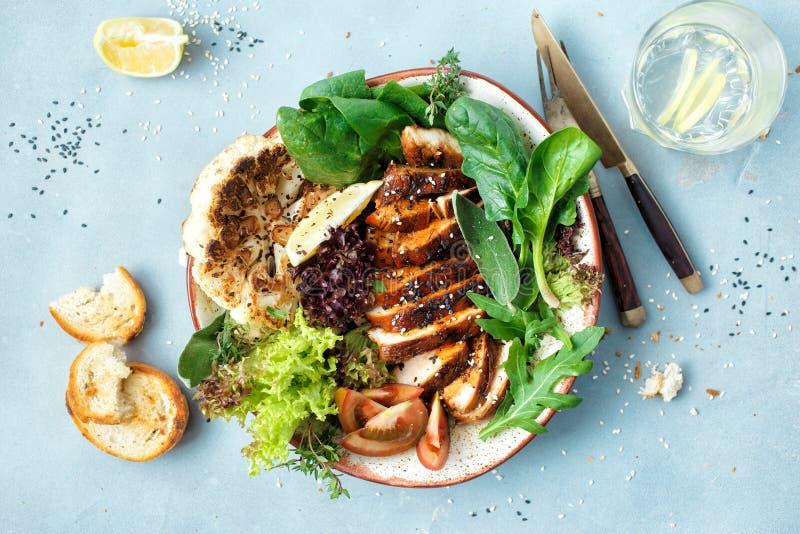 Lägenheten för den bästa sikten för grönsaker för biff för allsidig sund matlunch lägger den fega royaltyfri foto