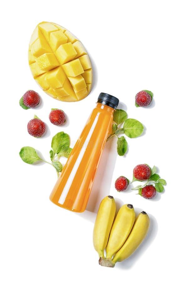Lägenheten för den bästa sikten lägger flaskan av fruktsaft med spenat, mango, bananen och jordgubben på vit bakgrund Sund livsst arkivfoton