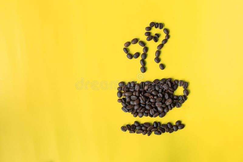 lägenheten för den bästa sikten som är lekmanna- av kaffebönor i kopp- och luktsymbol, formar på gul bakgrund royaltyfri foto