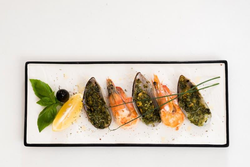 Lägenheten för uppläggningsfatet för restaurangmenyn lägger den havs- vita royaltyfri foto