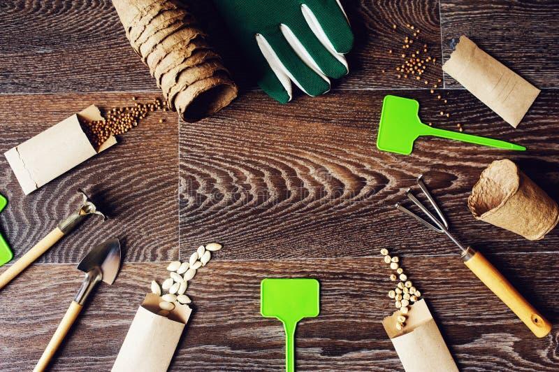 lägenheten för vårträdgårdarbete lägger med grönsakfrö i handgjorda kuvert arkivfoton
