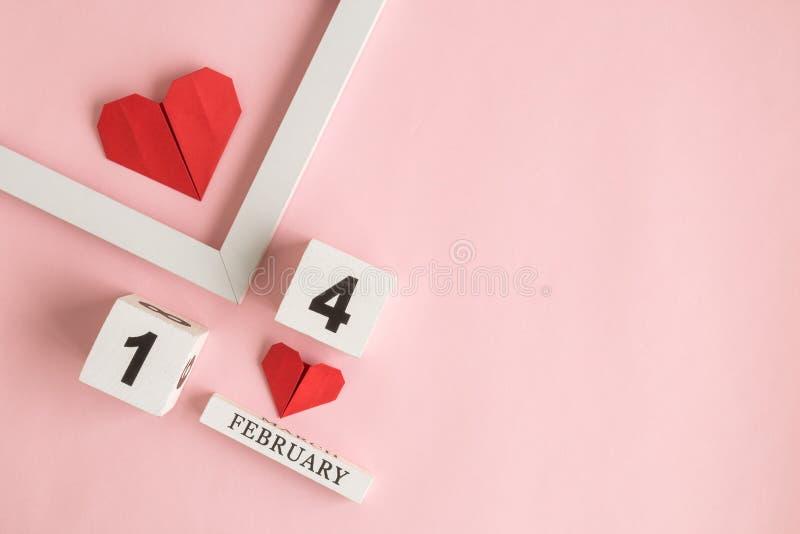 Lägenheten lägger av bildram, origamihjärtor och 14 av den februari kalendern på ros royaltyfri fotografi