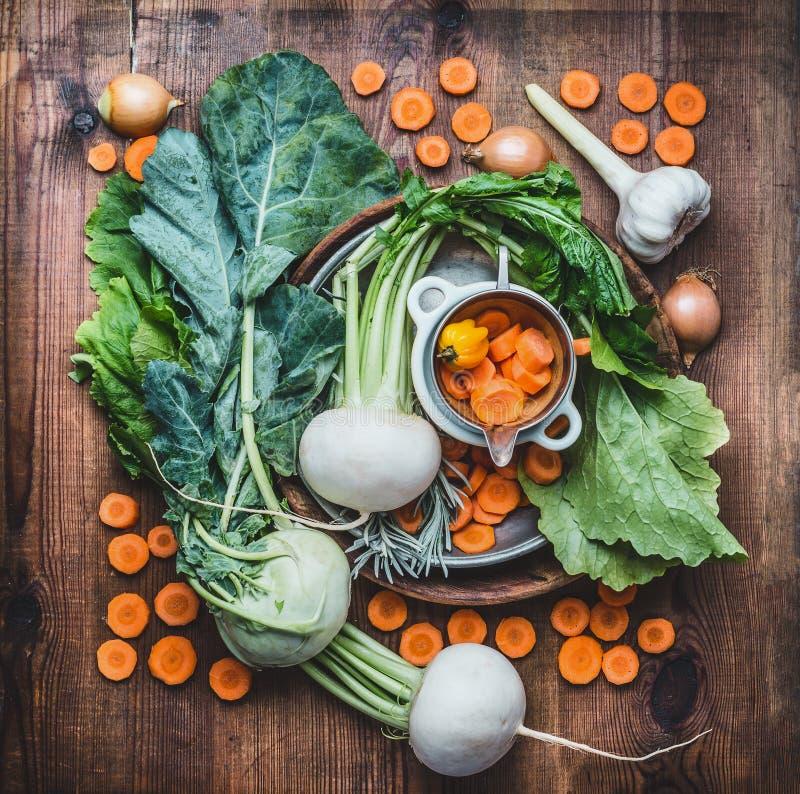 Lägenheten lägger med nya säsongsbetonade organiska lokala grönsaker för den sunda rengöringen som äter och lagar mat på lantlig  royaltyfria foton