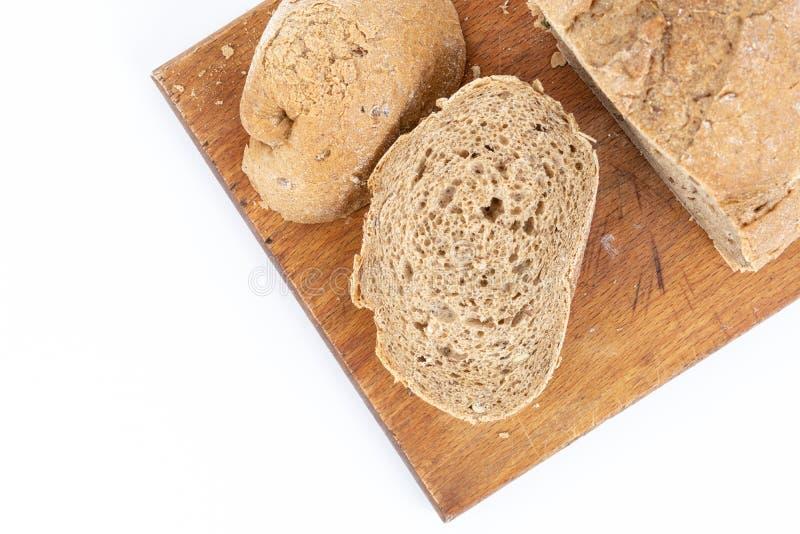 Lägenheten lägger ovanför Chrono bröd med sädesslag på brädet arkivfoto