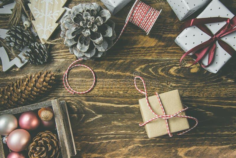 Lägenheten lägger på lantlig åldrig wood bakgrund, jul, eller nya år gits som slås in i hantverk, bryner vitbok Bandet tvinnar, s arkivfoton