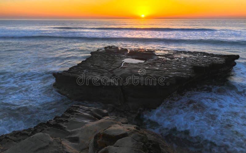 Lägenheten vaggar och Stilla havetsolnedgången Torrey Pines State Beach San Diego California royaltyfria foton