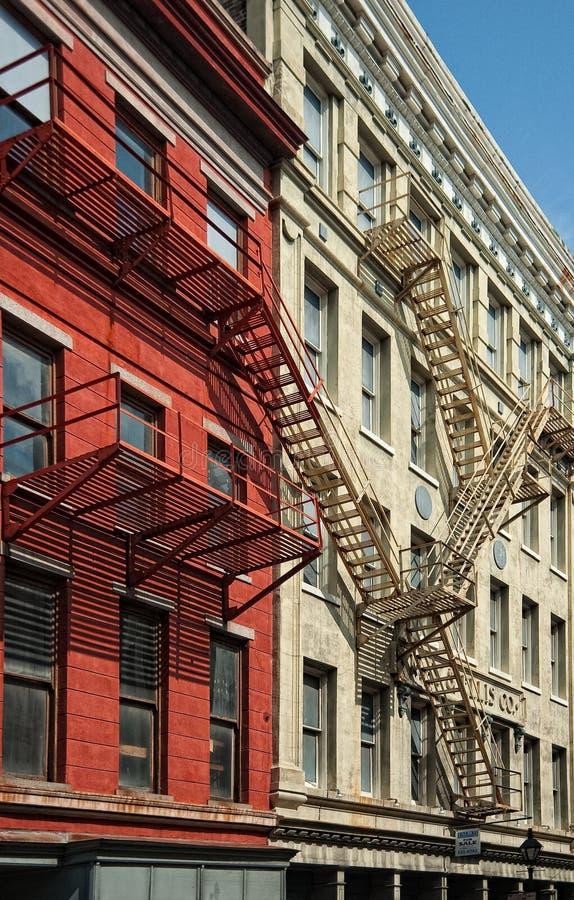 Lägenheter i New Orleans med brandflykter royaltyfri fotografi