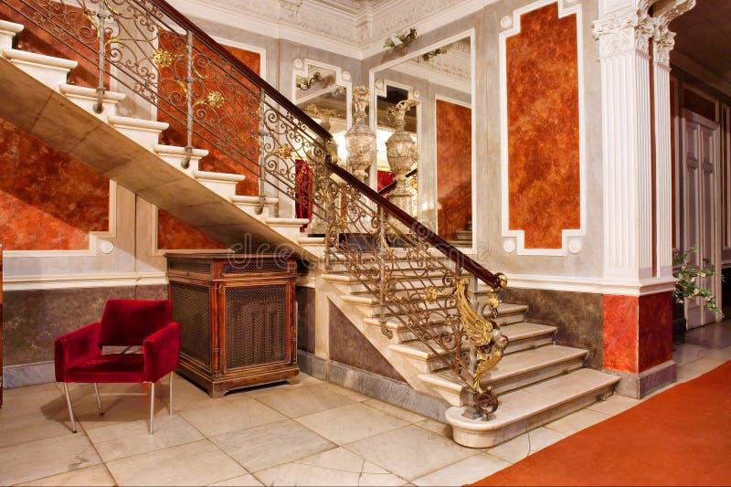 lägenheter inom lyxig spegeltrappa royaltyfri fotografi