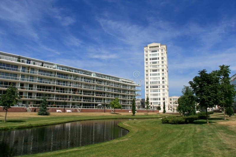 lägenheter som bygger högt modernt royaltyfri bild