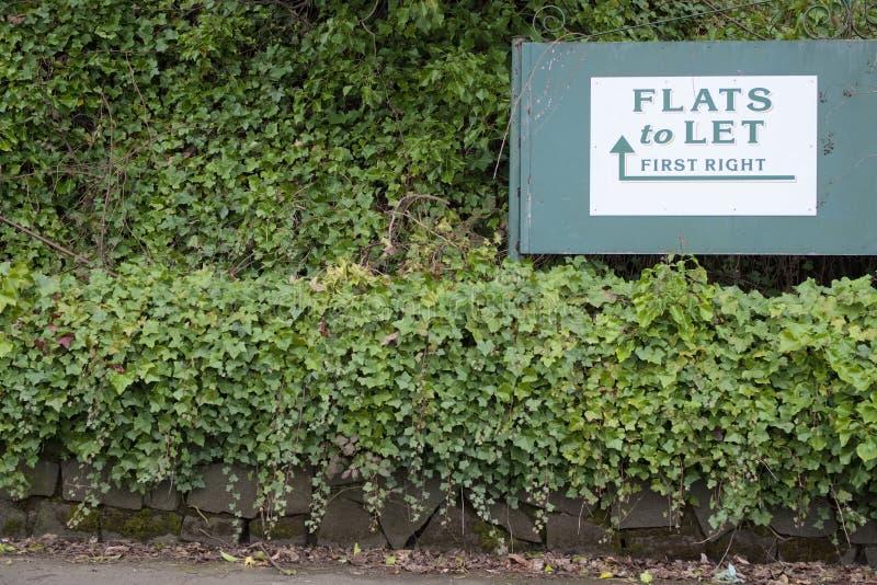 Lägenheter som låter byrån för fastigheten för hyrateckenegenskapen, returnerar husköpet i lantlig bygd för den gröna häcken arkivbild