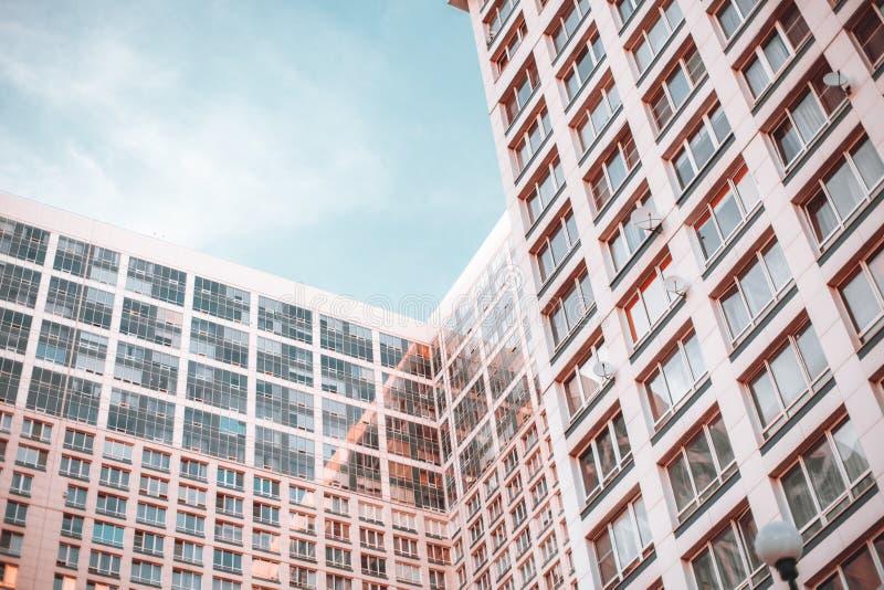 Lägenhethöghus, sikt av insidavinkeln arkivfoto
