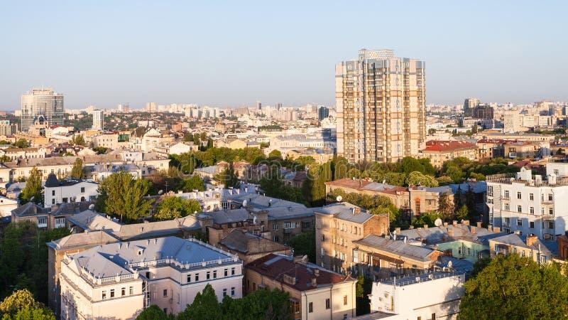 Lägenhethus i den Kiev staden, i att gry för vår royaltyfri bild