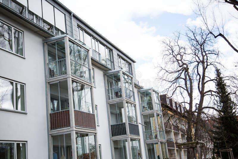 Lägenhethus i munich, hyrt som bor, idyll royaltyfri fotografi
