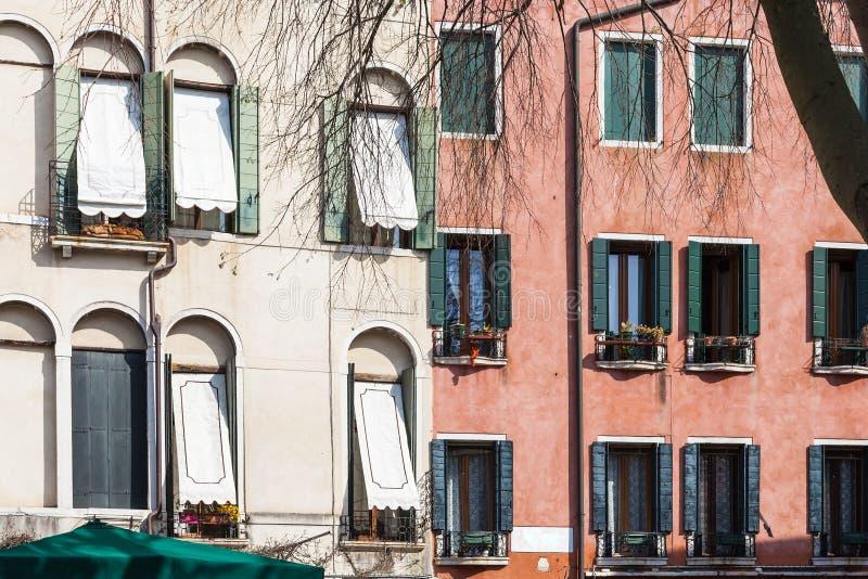 Lägenhethus på Campo San polo i Venedig royaltyfri bild