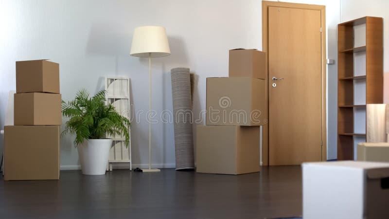 Lägenhetuppsättning med kartonger som flyttar sig till det nya huset, förflyttningsservice royaltyfri foto