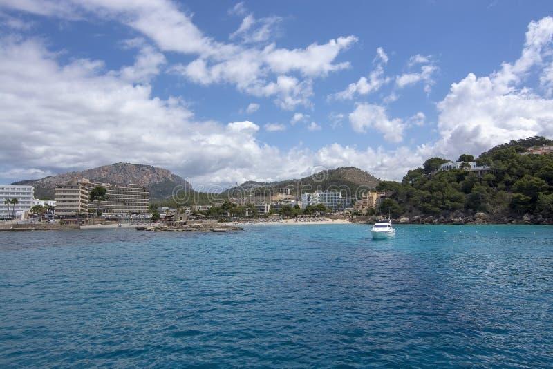L?ger de F?rd?rva Mallorca f?r hav f?r sandig strand f?r holmeturkosvatten arkivbild