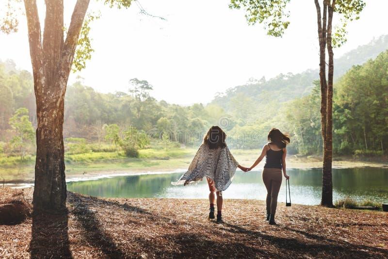 Läger Forest Adventure Travel Relax Concept royaltyfria bilder