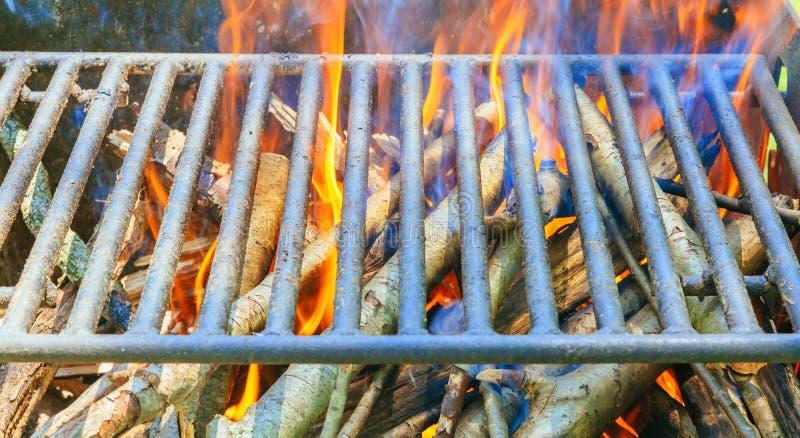 lägerbrand i grop på campingplatsen arkivfoton