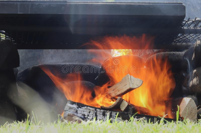 Lägereld på trädgården Lång exponering gjorde den underbara orange vågen Ideal flamma för grillfest avslappnande sikt arkivbilder