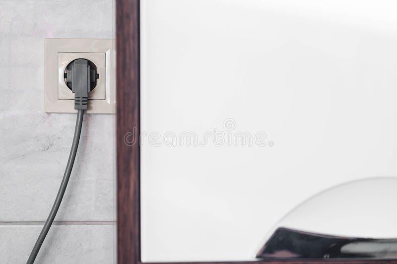 Läget av elektriska uttag i badrummet, så att inte var synligt och inte störde arkivbild