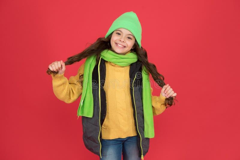 Lägg försiktighet i håret Grattis på barn med långt hår Små flickor som leker på vintern Hårsalon Parlor arkivfoto