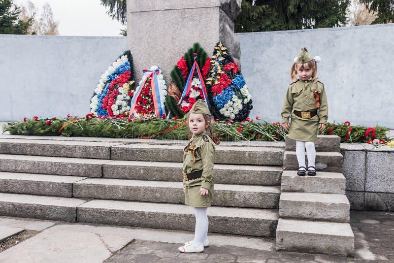 Lägga av kransar på monumentet till soldaterna på festmåltiden arkivbild