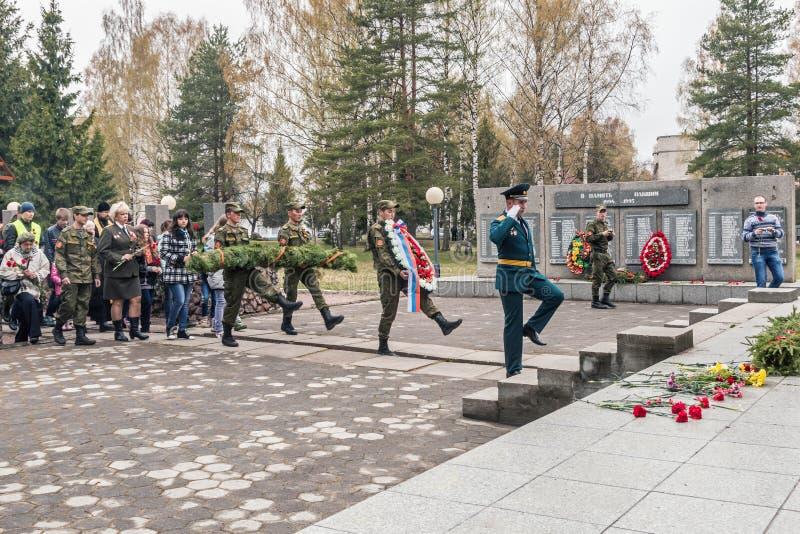 Lägga av kransar på monumentet till soldaterna på festmåltiden royaltyfria bilder